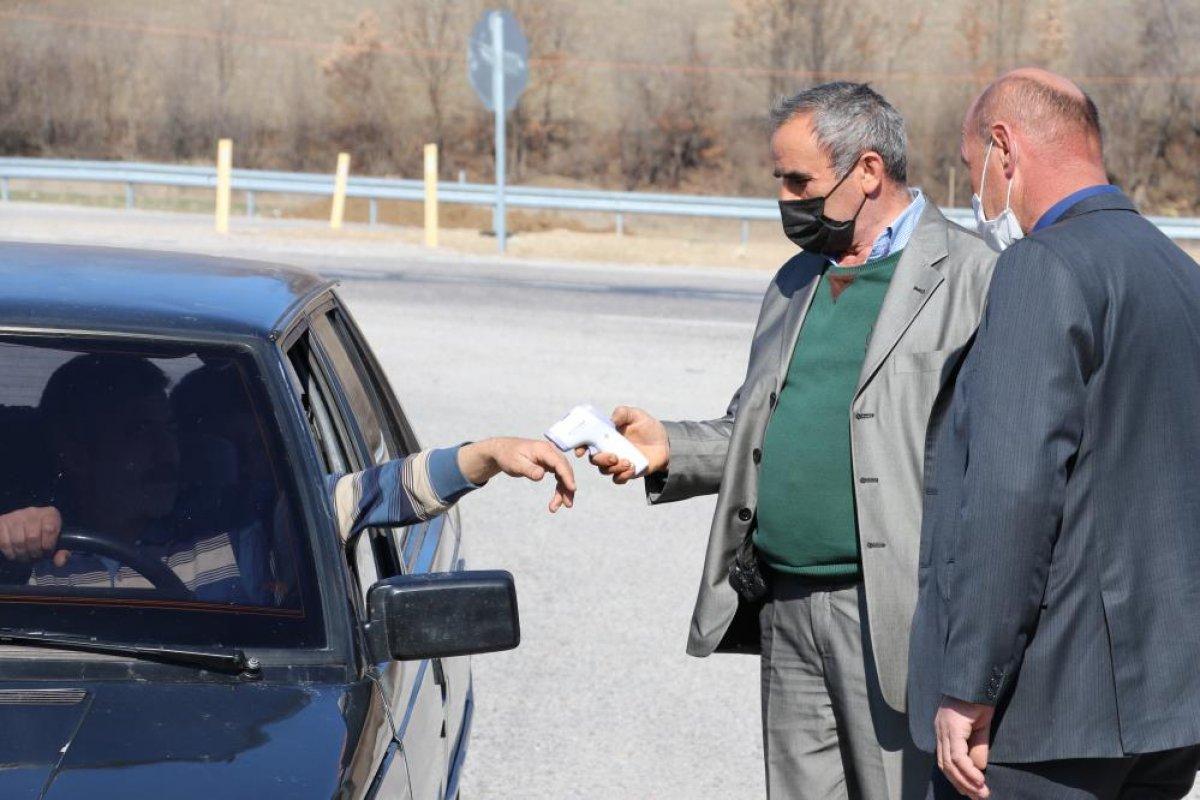 Amasya da muhtar köyünü karantinaya aldı #2