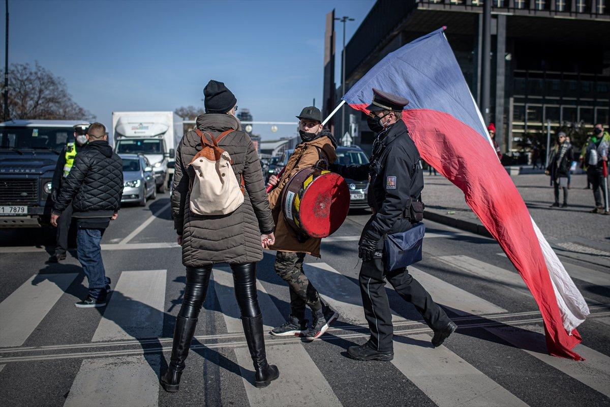 Prag da hükümetin koronavirüs kısıtlamaları protesto edildi #4