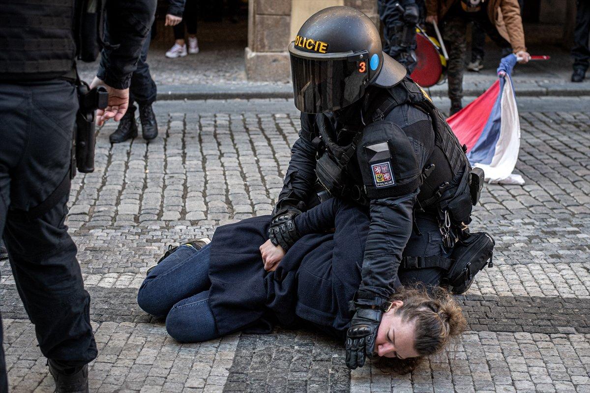 Prag da hükümetin koronavirüs kısıtlamaları protesto edildi #13