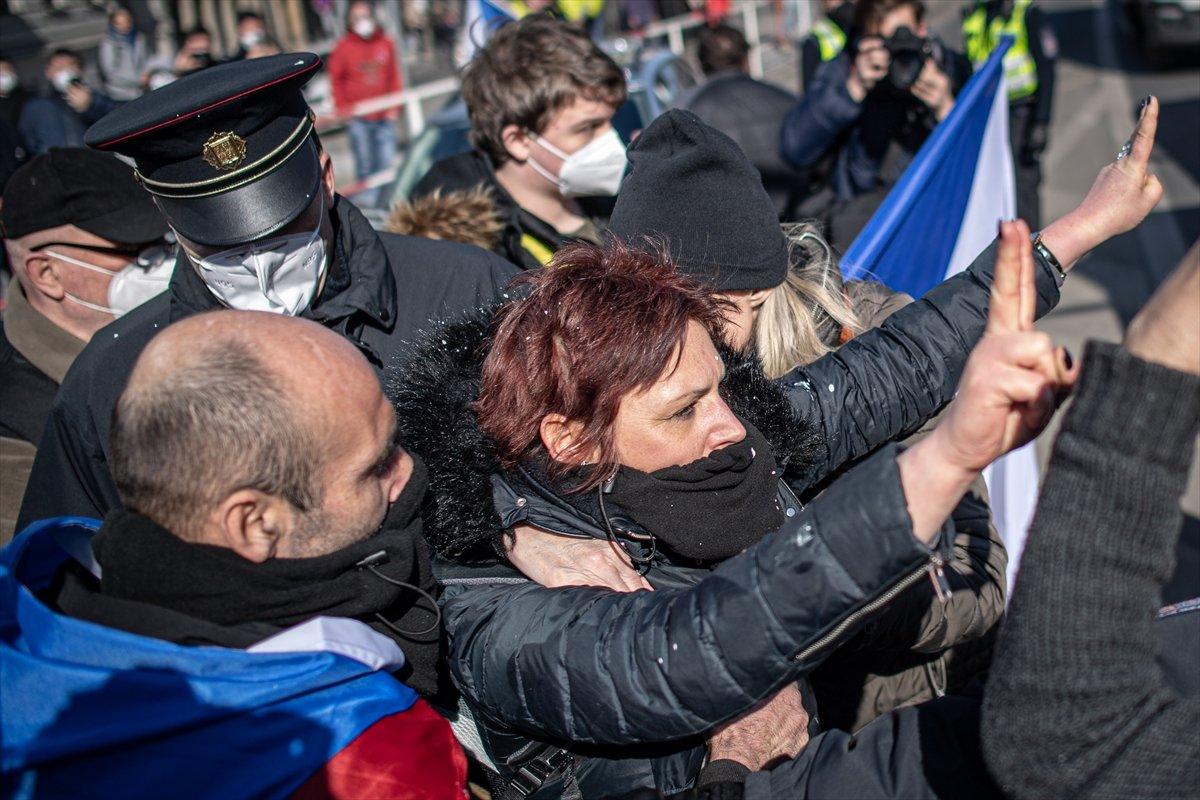 Prag da hükümetin koronavirüs kısıtlamaları protesto edildi #11