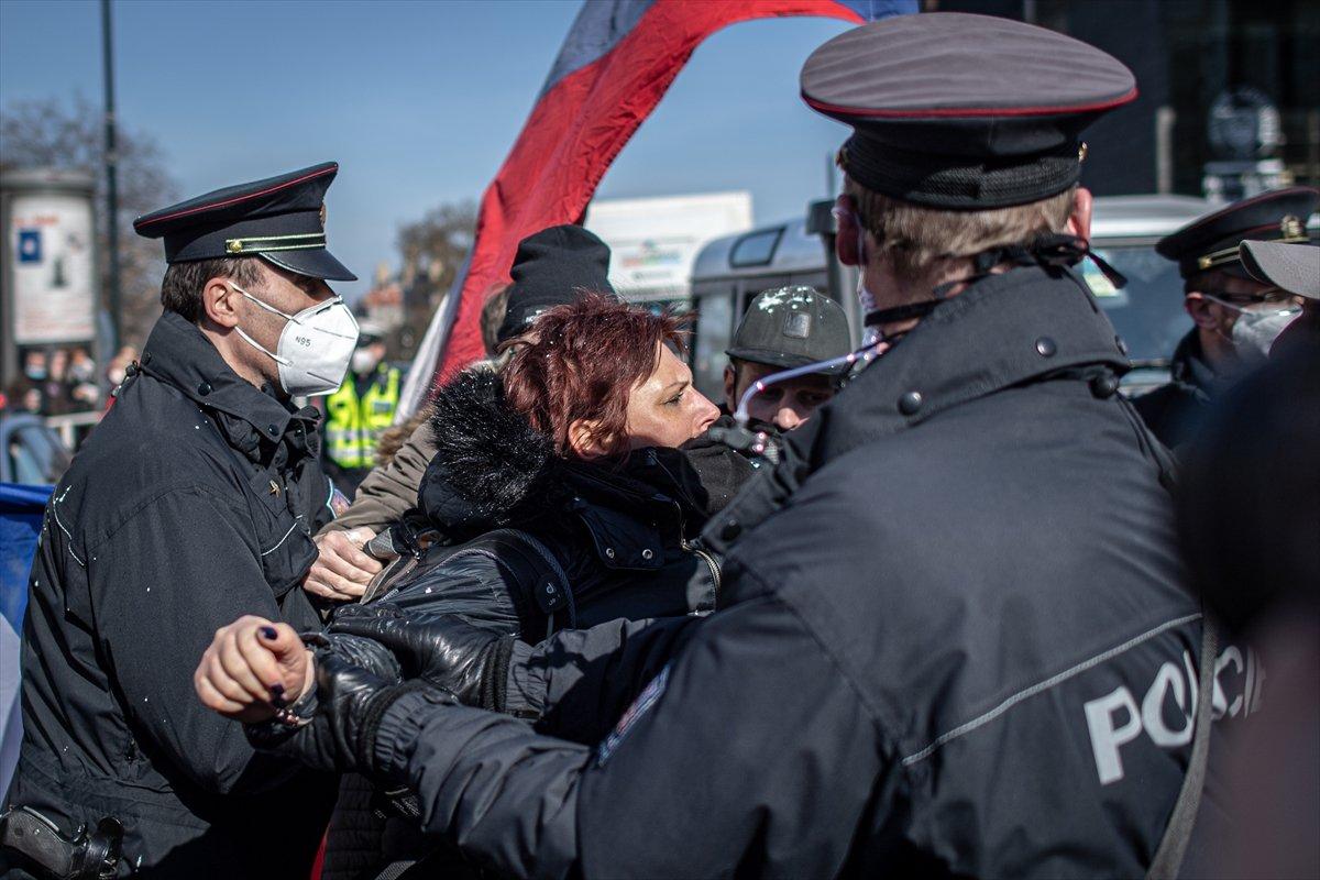 Prag da hükümetin koronavirüs kısıtlamaları protesto edildi #8