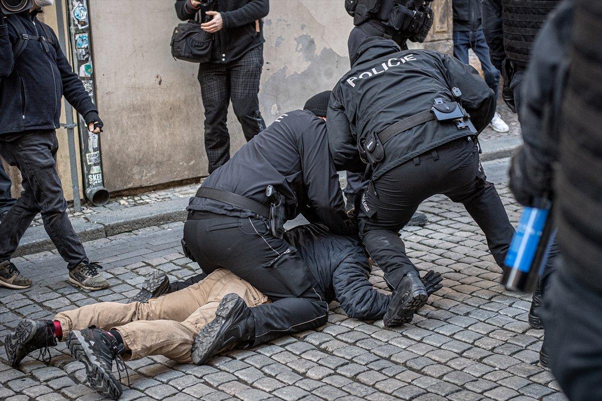 Prag da hükümetin koronavirüs kısıtlamaları protesto edildi #9