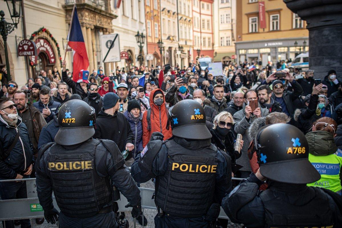 Prag da hükümetin koronavirüs kısıtlamaları protesto edildi #14
