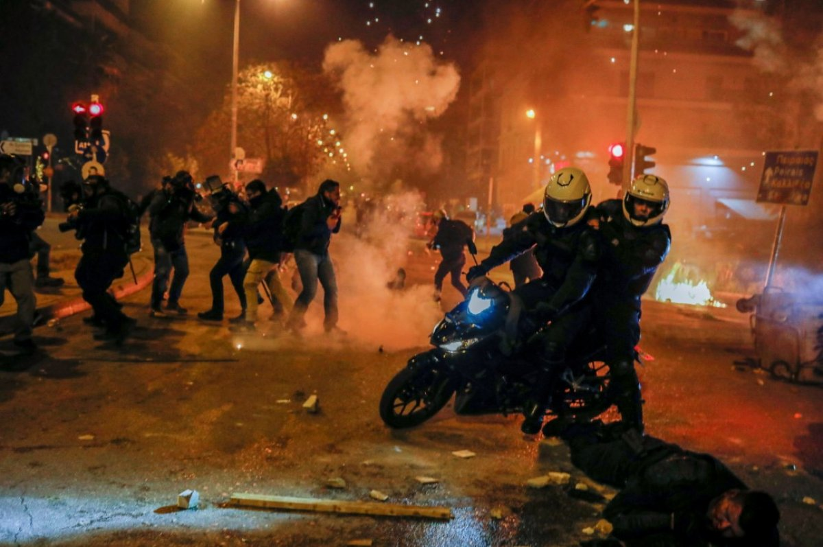 Atina da protestocular polisle çatıştı #7