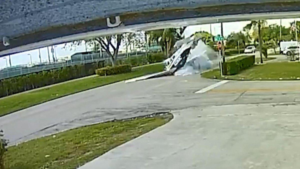 ABD'de uçak, otomobilin üzerine düştü #3