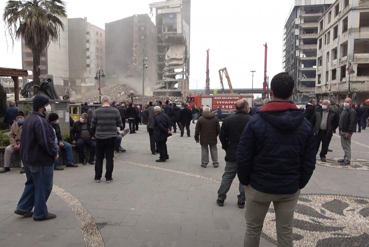 Rizeliler meydanda toplanıp inşaat yıkımlarını izliyor #3