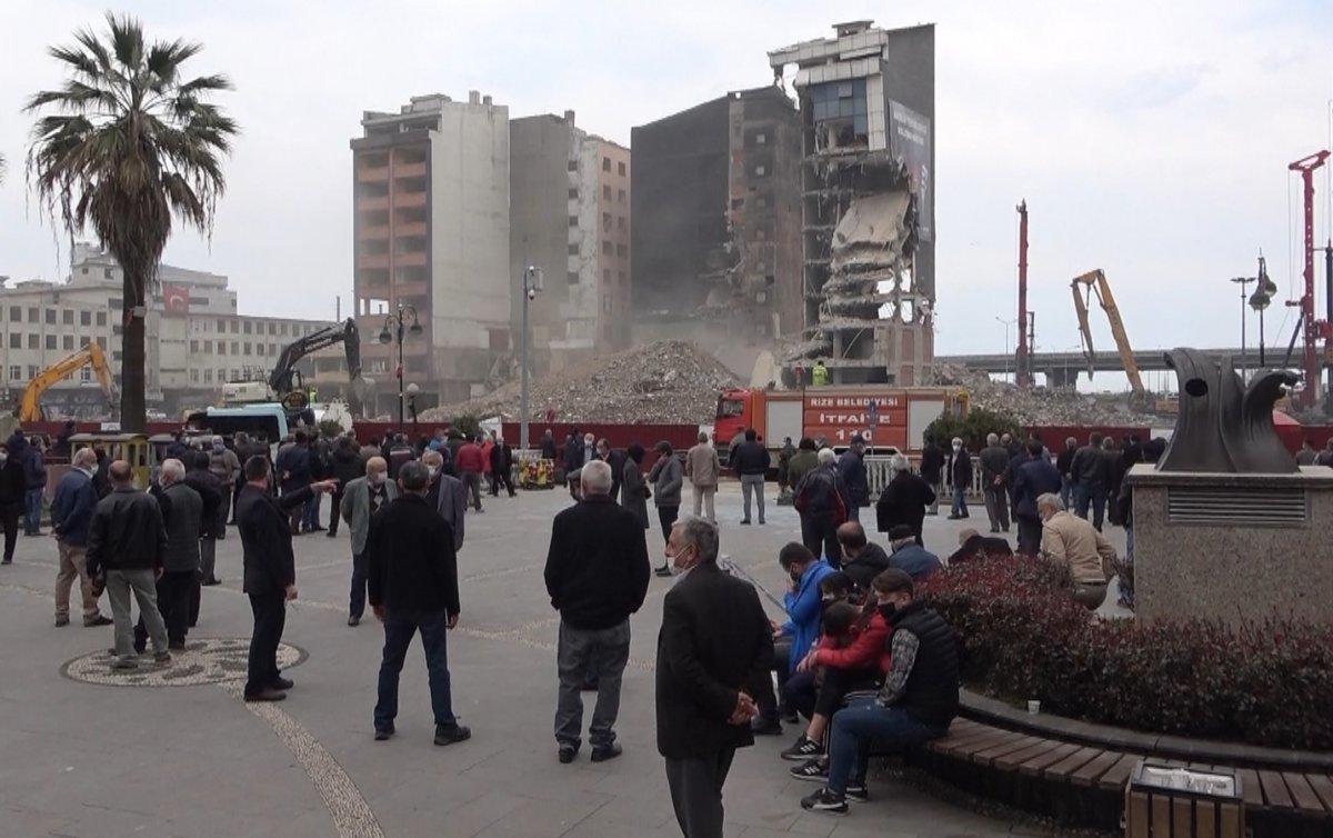 Rizeliler meydanda toplanıp inşaat yıkımlarını izliyor #2