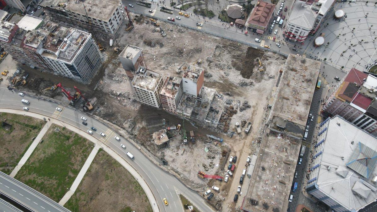 Rizeliler meydanda toplanıp inşaat yıkımlarını izliyor #5