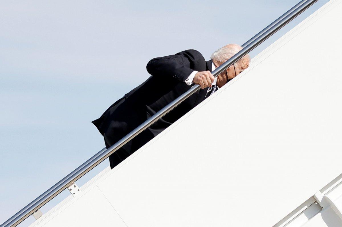 Joe Biden, uçağın merdivenlerini çıkmaya çalışırken 3 kez düştü #3
