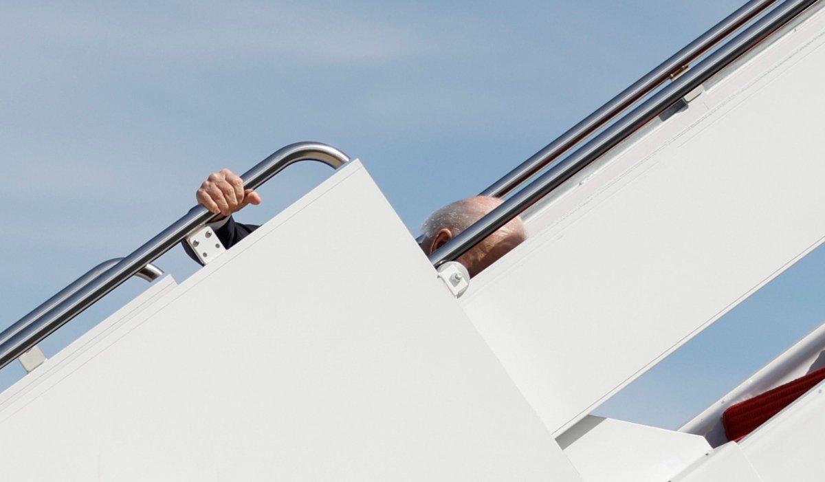 Joe Biden, uçağın merdivenlerini çıkmaya çalışırken 3 kez düştü #4