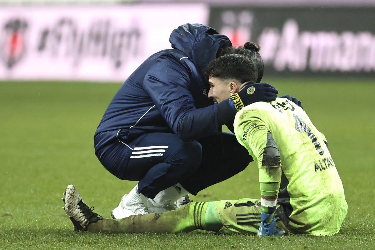 Altay Bayındır maç sonu gözyaşlarını tutamadı #2