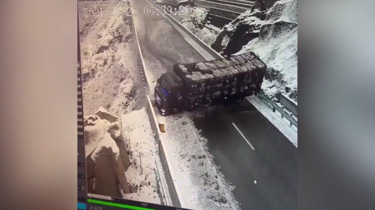 Çin'de koyun yüklü kamyon devrildi, 300 koyun öldü #1
