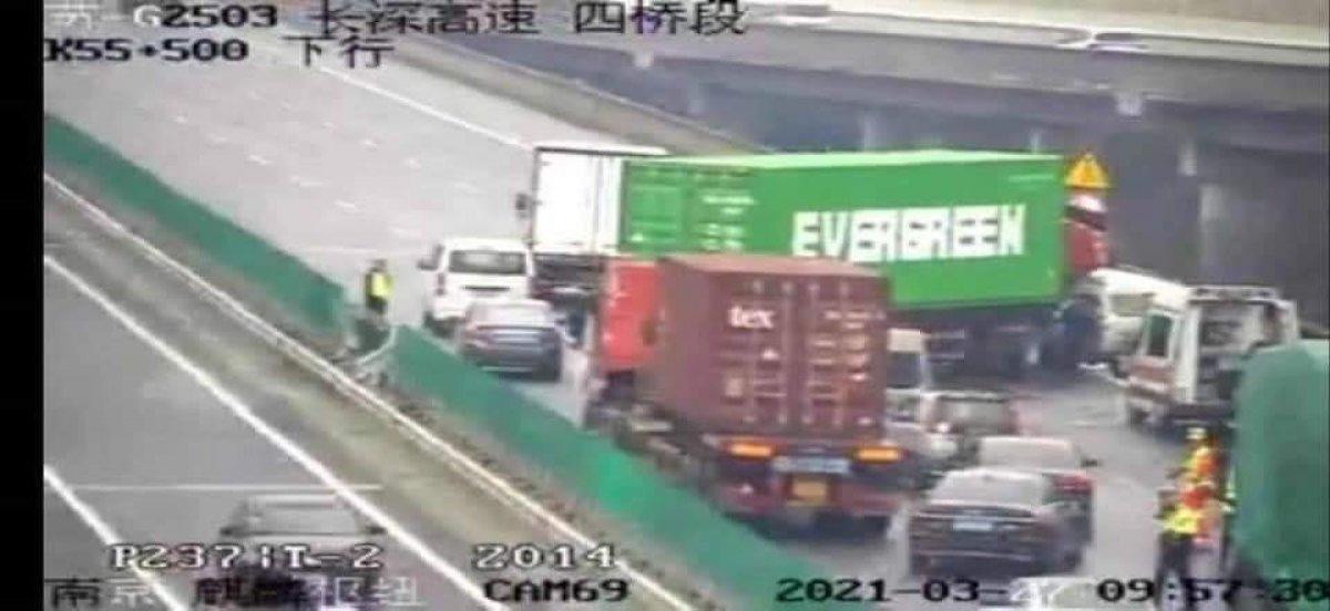 Evergreen in tırı, Çin de otoyolu tıkadı #1