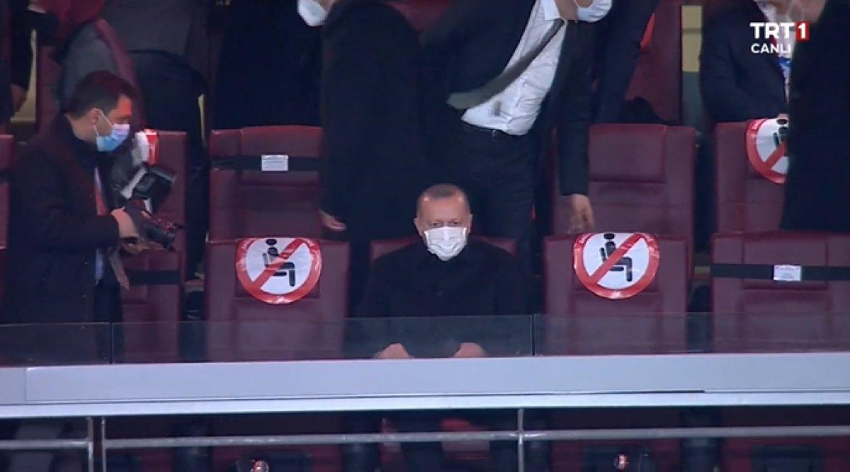 Cumhurbaşkanı Erdoğan, Türkiye-Letonya maçını tribünden izledi #1