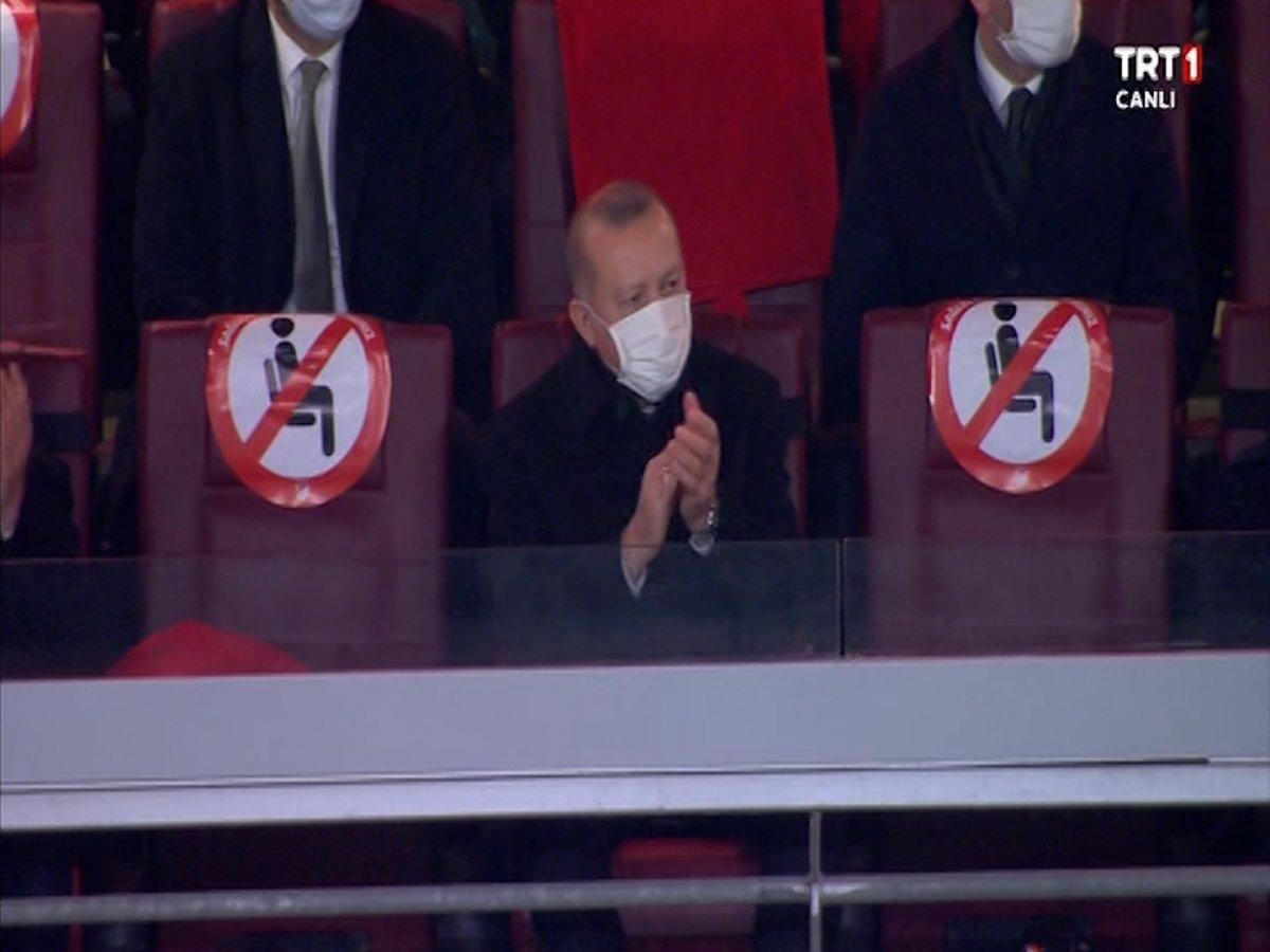 Cumhurbaşkanı Erdoğan, Türkiye-Letonya maçını tribünden izledi #2