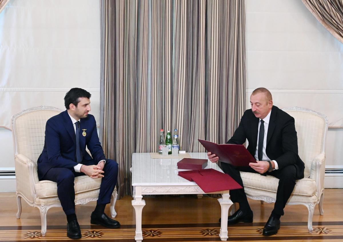 İlham Aliyev, Selçuk Bayraktar a madalya taktı #7
