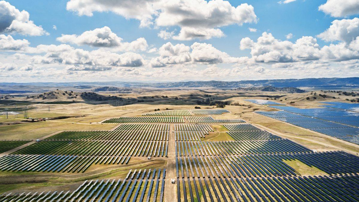 Apple, güneş enerjisi tesisinde Teslanın pillerini kullanacak