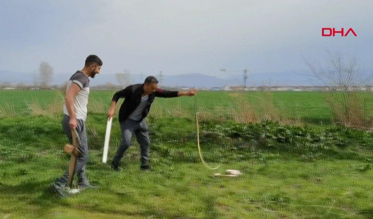 Bursa da 2 metrelik yılanı eliyle yakaladı #3