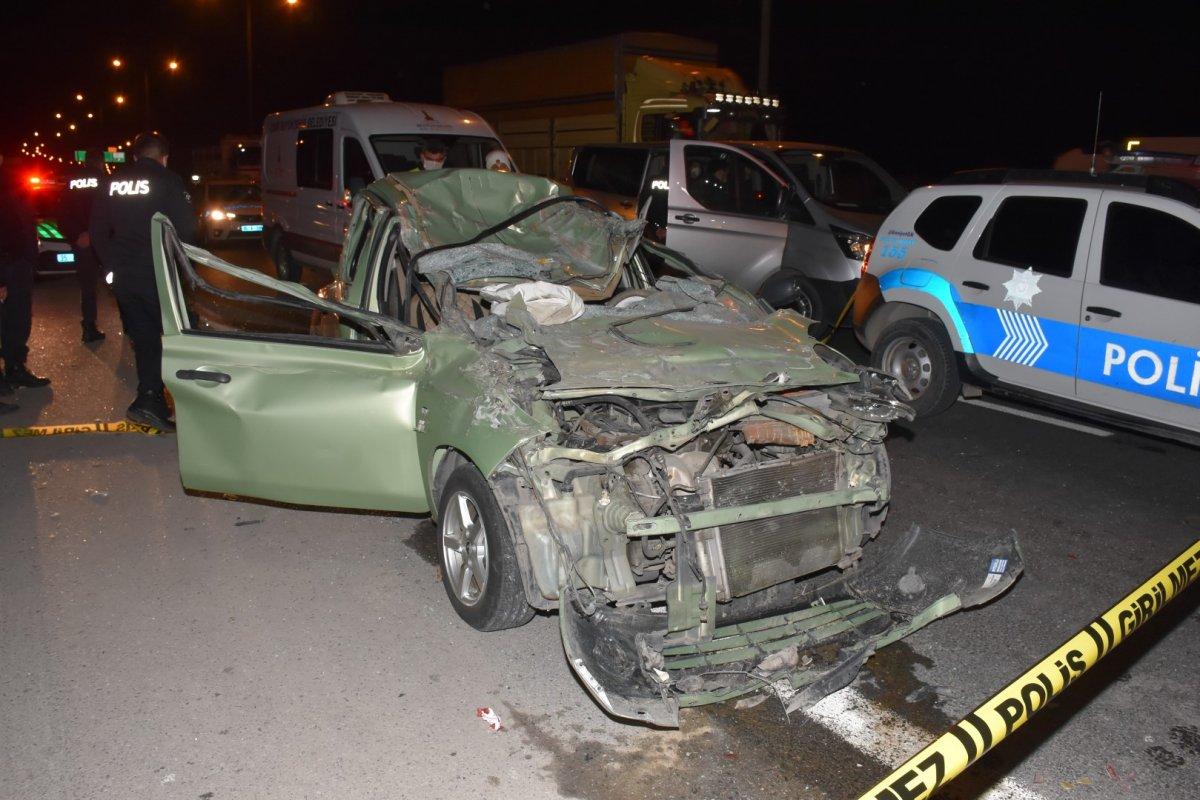 İzmir de otomobil tıra arkadan çarptı: 1 ölü, 1 yaralı #1