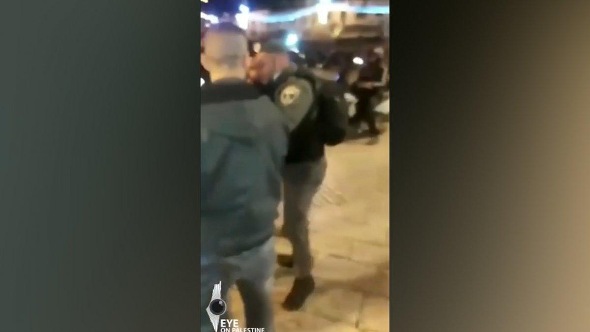 İsrail polisi çocuklarının önünde Filistinli adamı darbetti #5