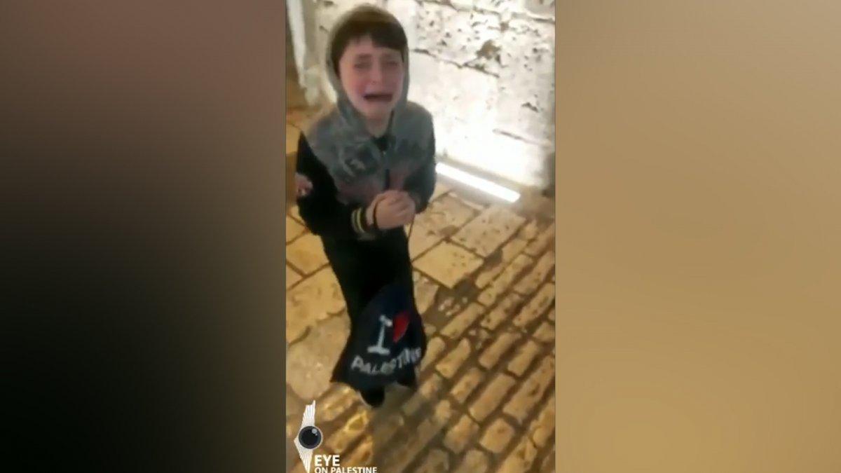 İsrail polisi çocuklarının önünde Filistinli adamı darbetti #4