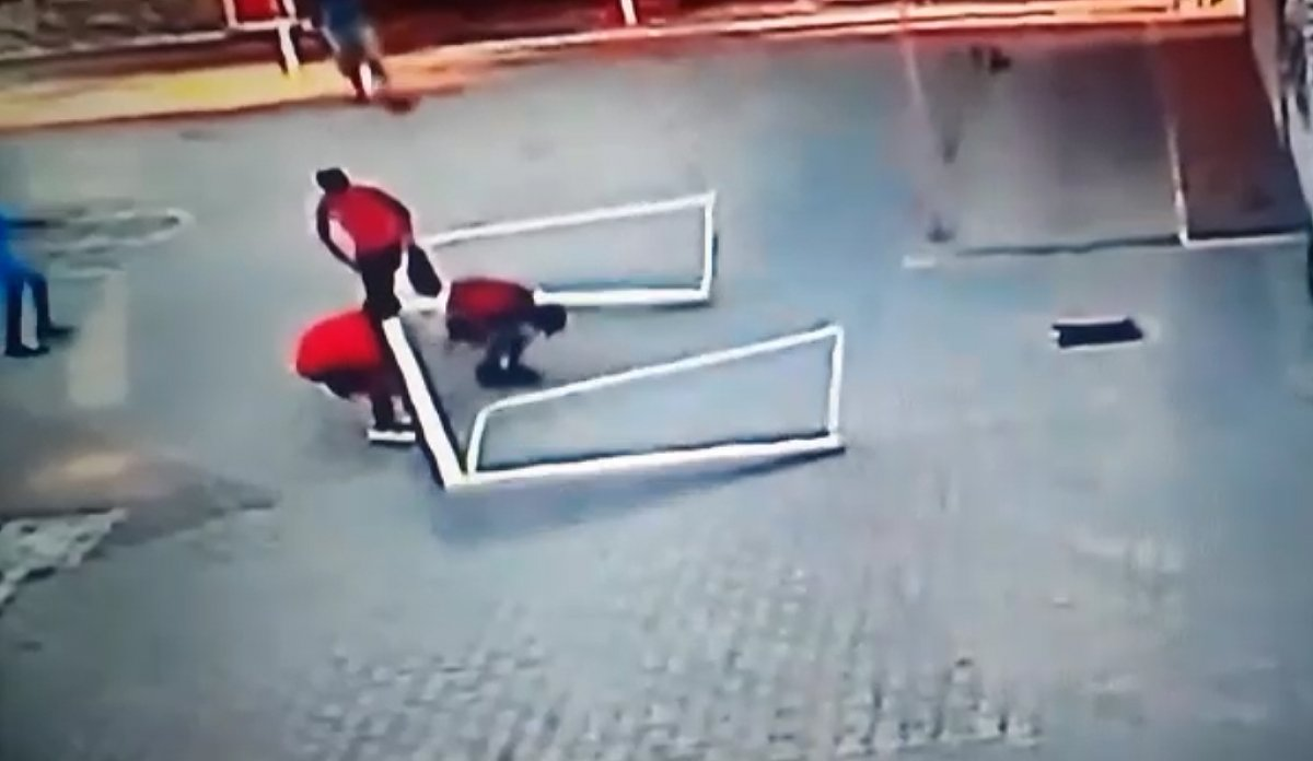 Adana da maç yaparken asıldığı kale direğinin altında kaldı #1