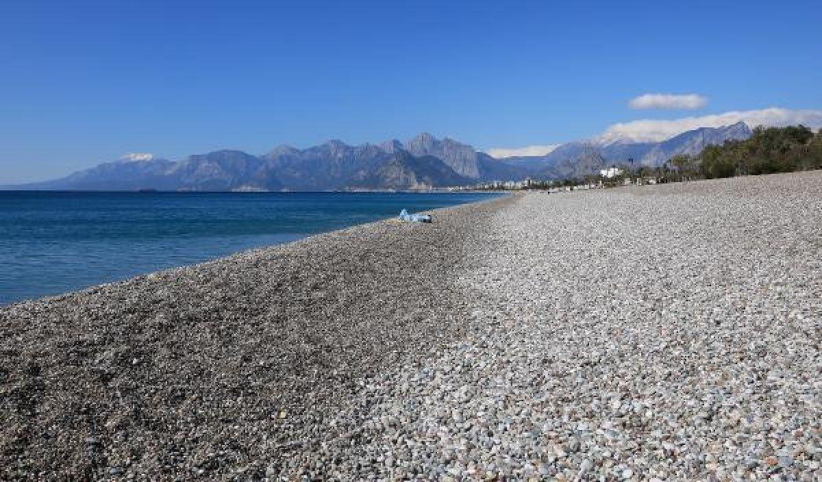 Konyaaltı'nın 11 kilometrelik sahilinde tek başına kaldı #1