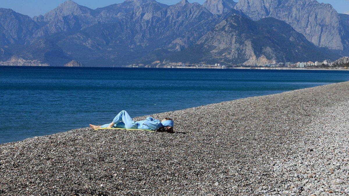 Konyaaltı'nın 11 kilometrelik sahilinde tek başına kaldı #3
