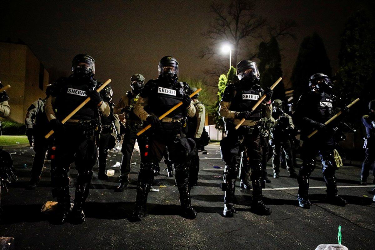ABD de polisin, araç içindeki siyahi genci öldürmesi ortalığı karıştırdı #8