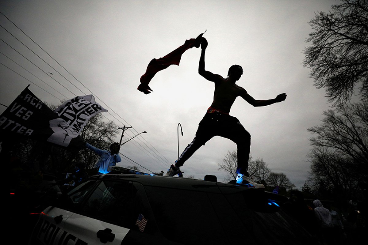 ABD de polisin, araç içindeki siyahi genci öldürmesi ortalığı karıştırdı #4