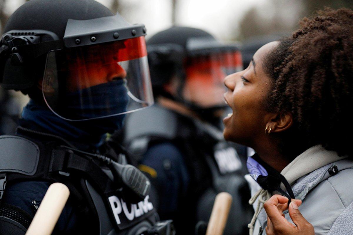 ABD de polisin, araç içindeki siyahi genci öldürmesi ortalığı karıştırdı #5