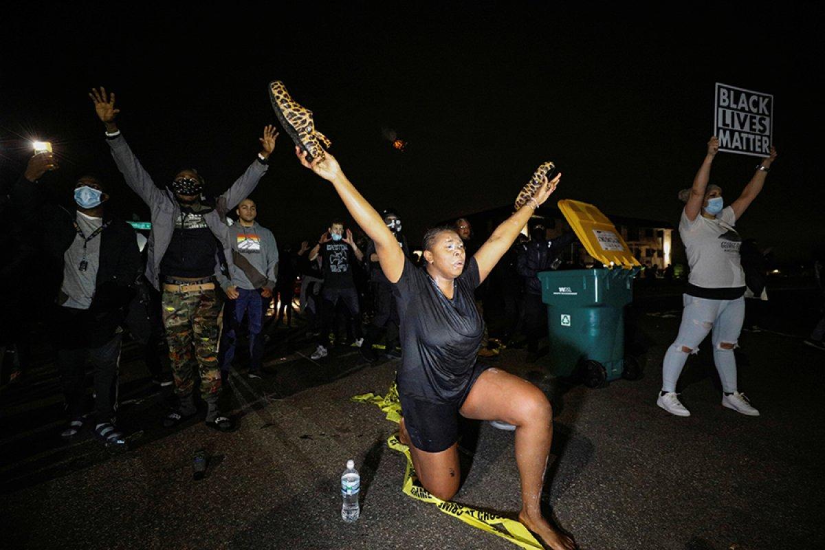 ABD de polisin, araç içindeki siyahi genci öldürmesi ortalığı karıştırdı #7