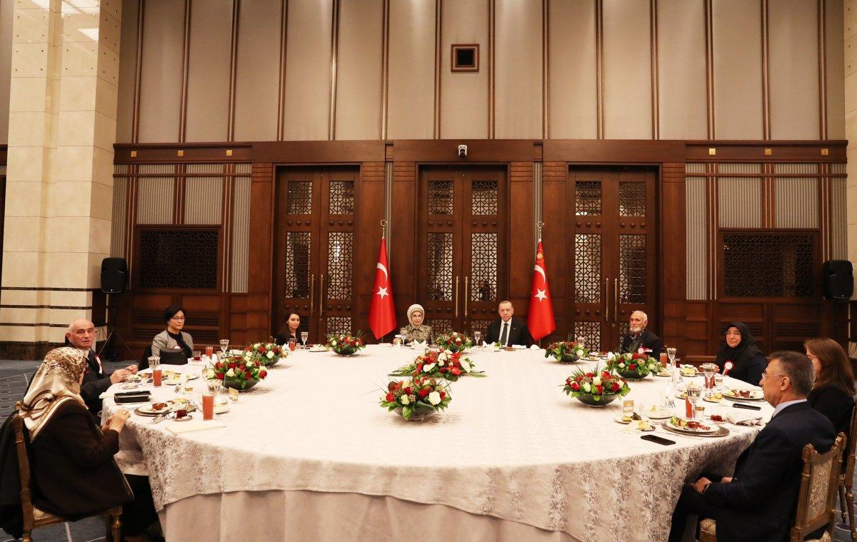 Cumhurbaşkanı Erdoğan, şehit yakınlarıyla iftar yaptı #1