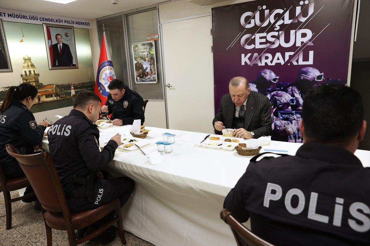 Cumhurbaşkanı Erdoğan ve Süleyman Soylu, Çengelköy Polis Merkezi nde iftar yaptı #4