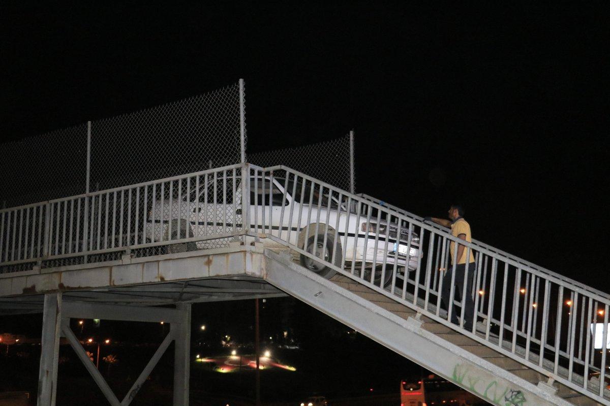 Adana da yaya köprüsünden geçmeye çalışan otomobil sıkıştı #1