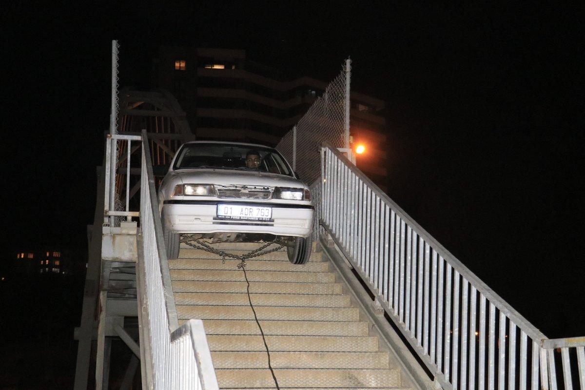 Adana da yaya köprüsünden geçmeye çalışan otomobil sıkıştı #2