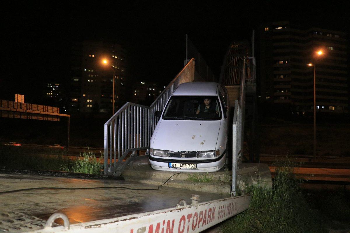 Adana da yaya köprüsünden geçmeye çalışan otomobil sıkıştı #3