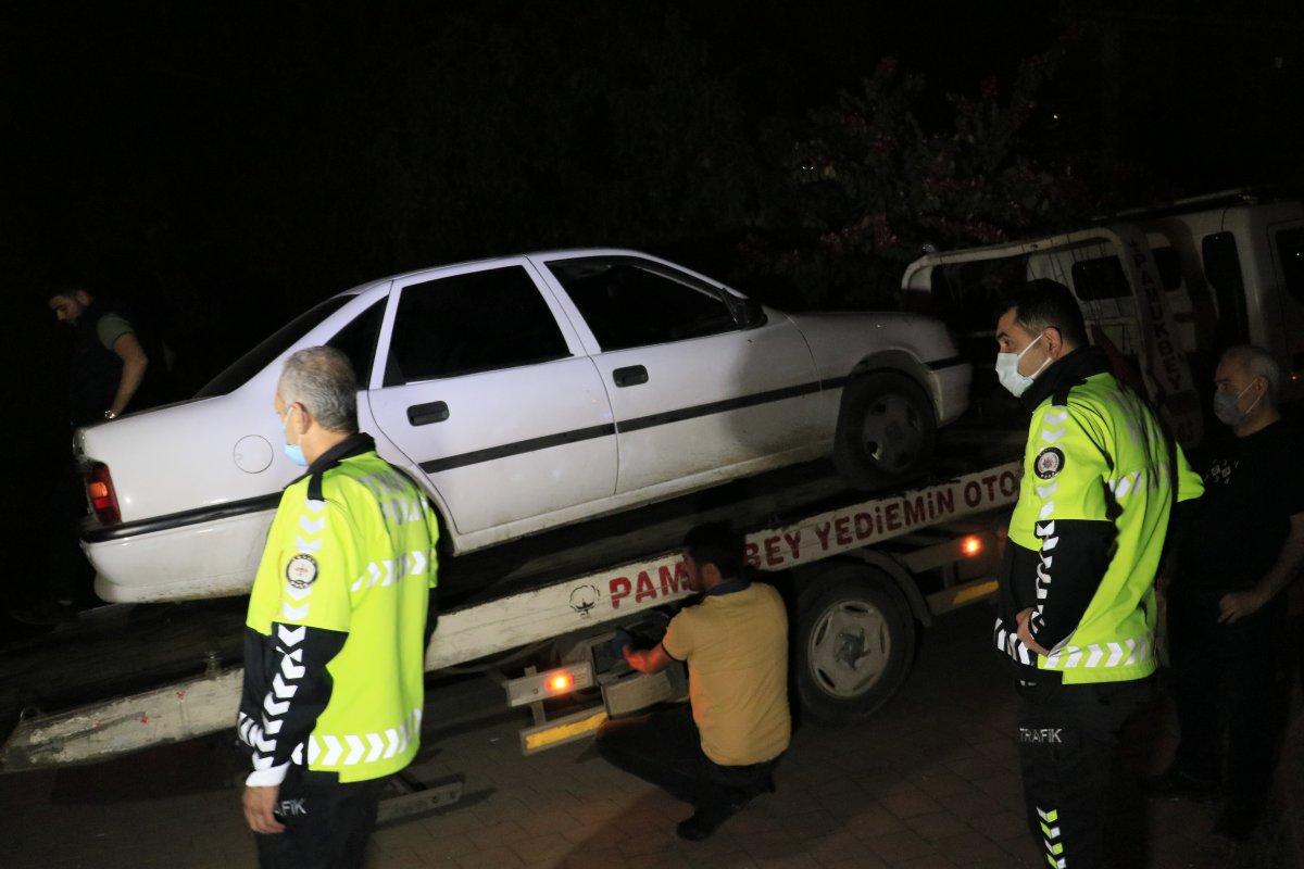 Adana da yaya köprüsünden geçmeye çalışan otomobil sıkıştı #4