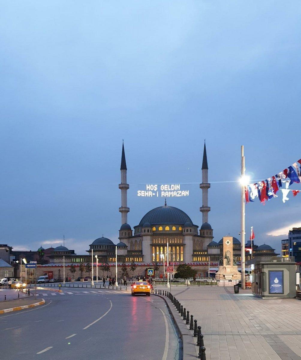 Taksim Camii ne Ramazan mahyası asıldı #2
