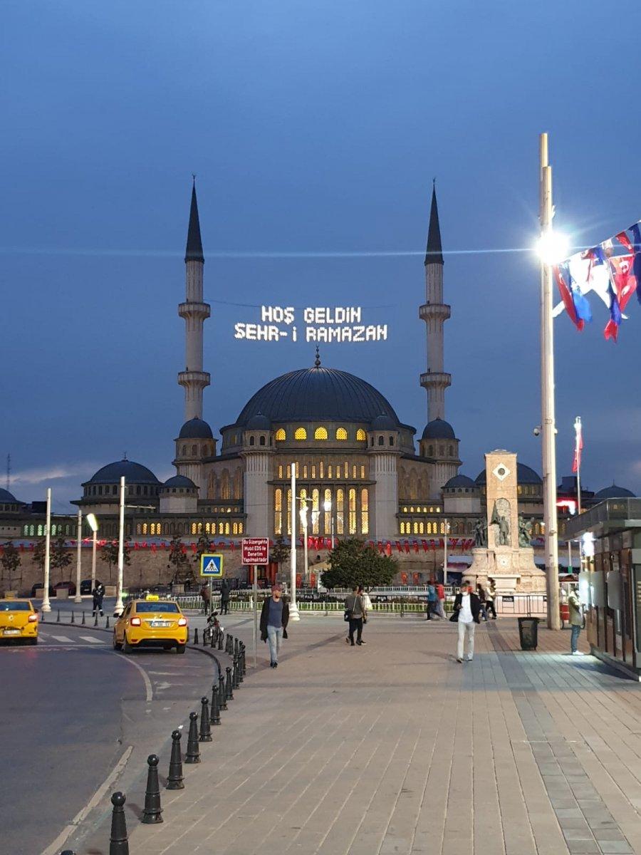 Taksim Camii ne Ramazan mahyası asıldı #1