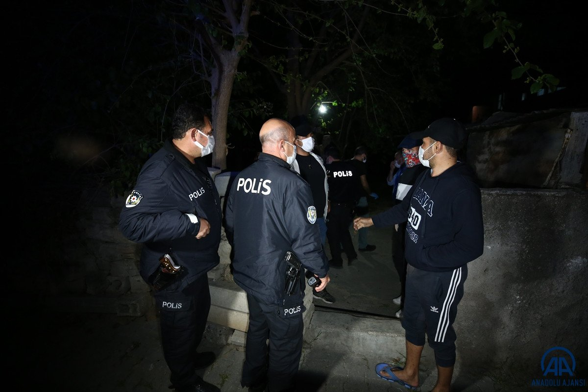 Adana da bir kişi tartıştığı babası ve ağabeyini bıçaklayarak öldürdü #5