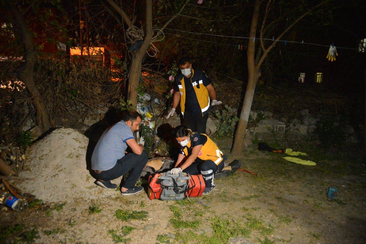 Adana da bir kişi tartıştığı babası ve ağabeyini bıçaklayarak öldürdü #4