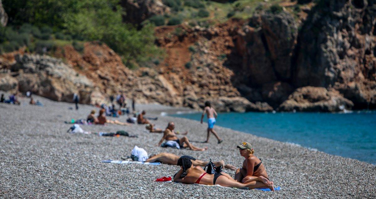 Antalya sahillerinde kısıtlama öncesi yoğunluk yaşanıyor