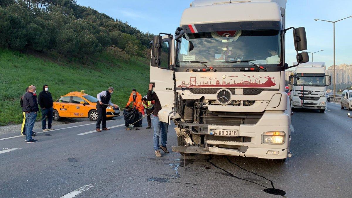 Gaziosmanpaşa'da su yüklü tırın çarptığı taksici ağır yaralandı #3