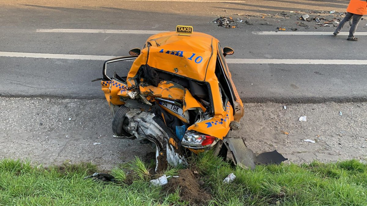 Gaziosmanpaşa'da su yüklü tırın çarptığı taksici ağır yaralandı #2