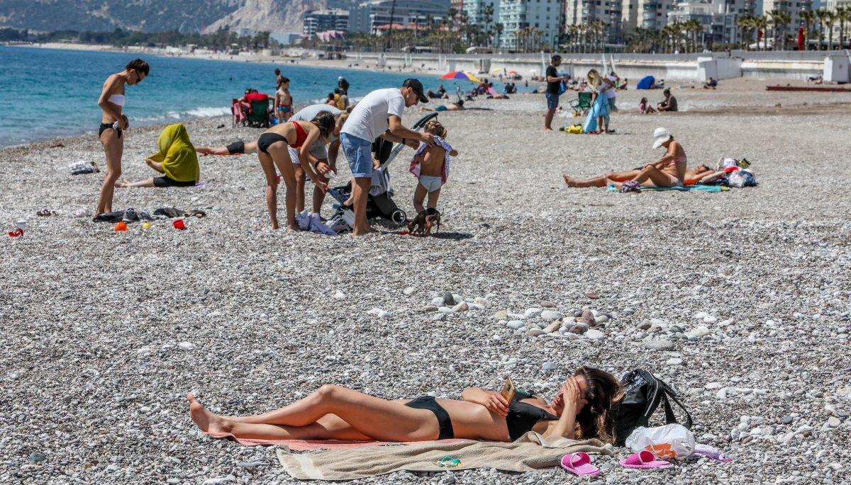 Antalya'da Konyaaltı sahili doldu