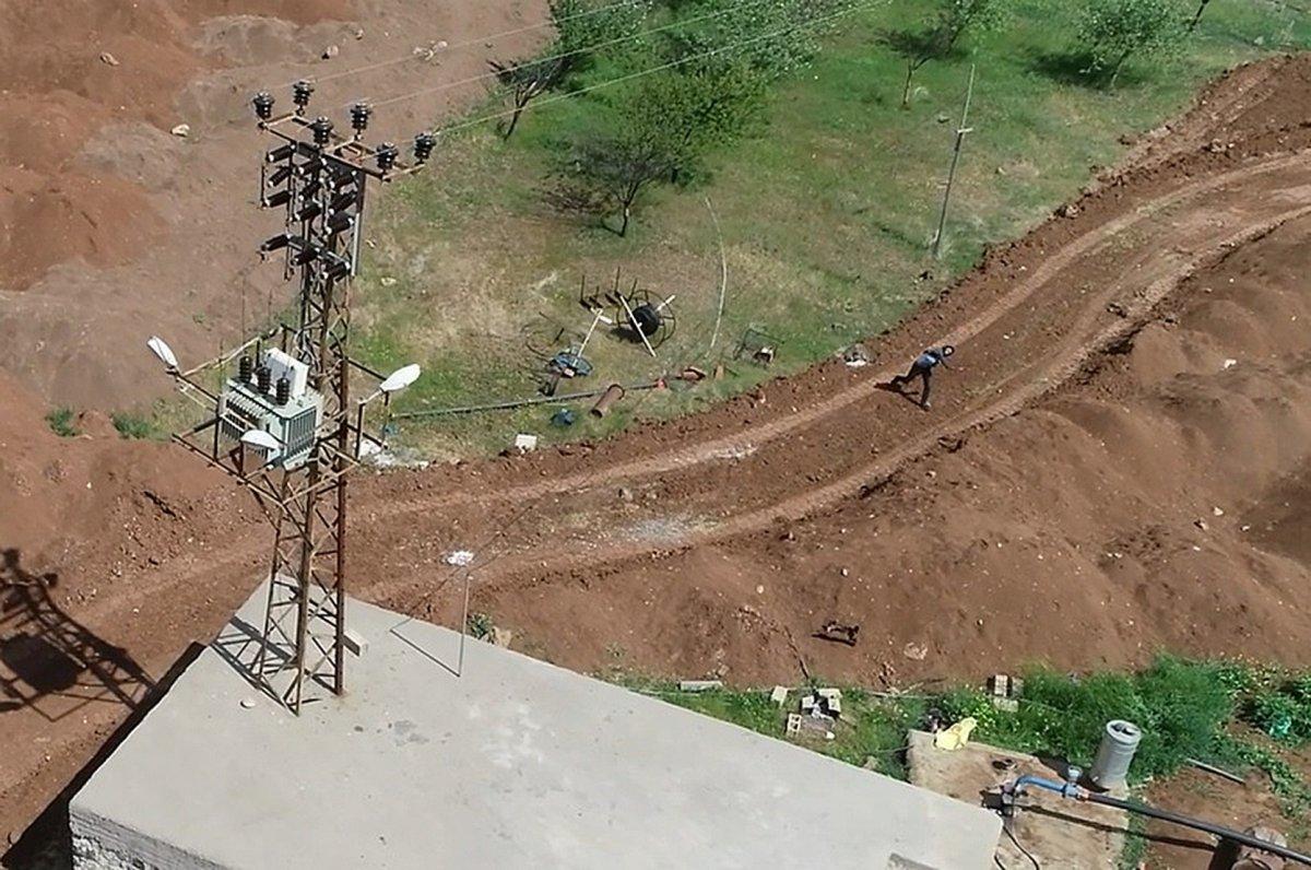 Diyarbakır da kaçak kullanımı tespit için havalanan drone u taşladılar #1