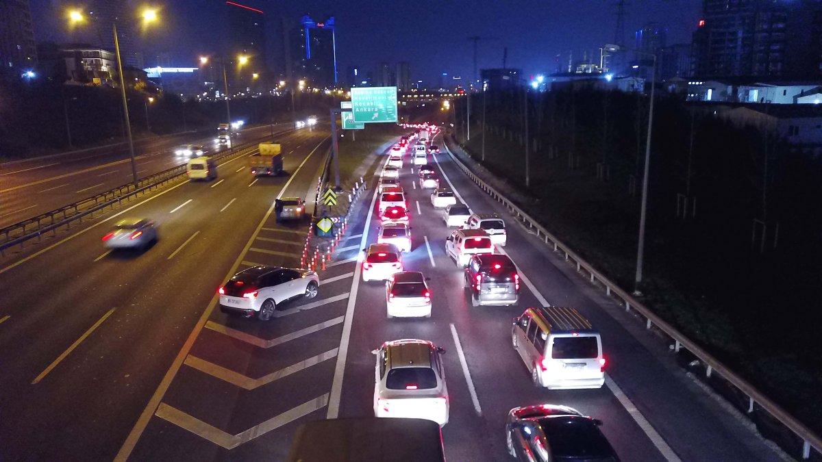 İstanbul TEM Otoyolu nda trafik yoğunluğu  #1