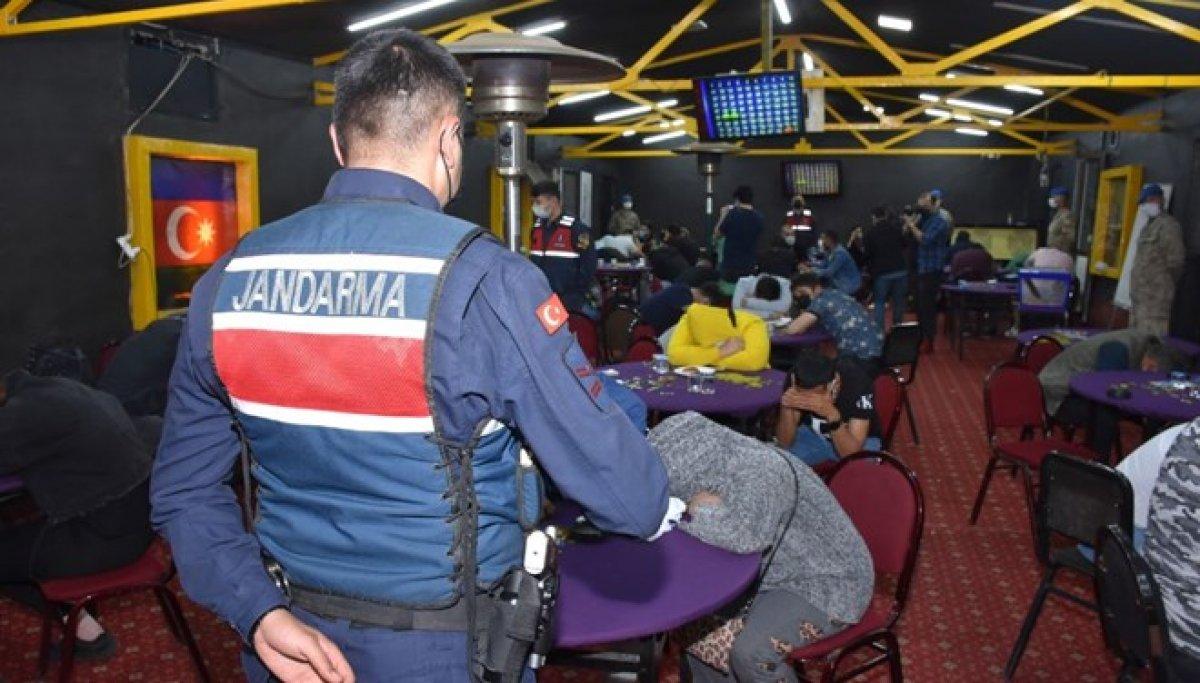 İzmir de Sabri Abi isimli baskında kumar oynayan 60 kişi yakalandı #7