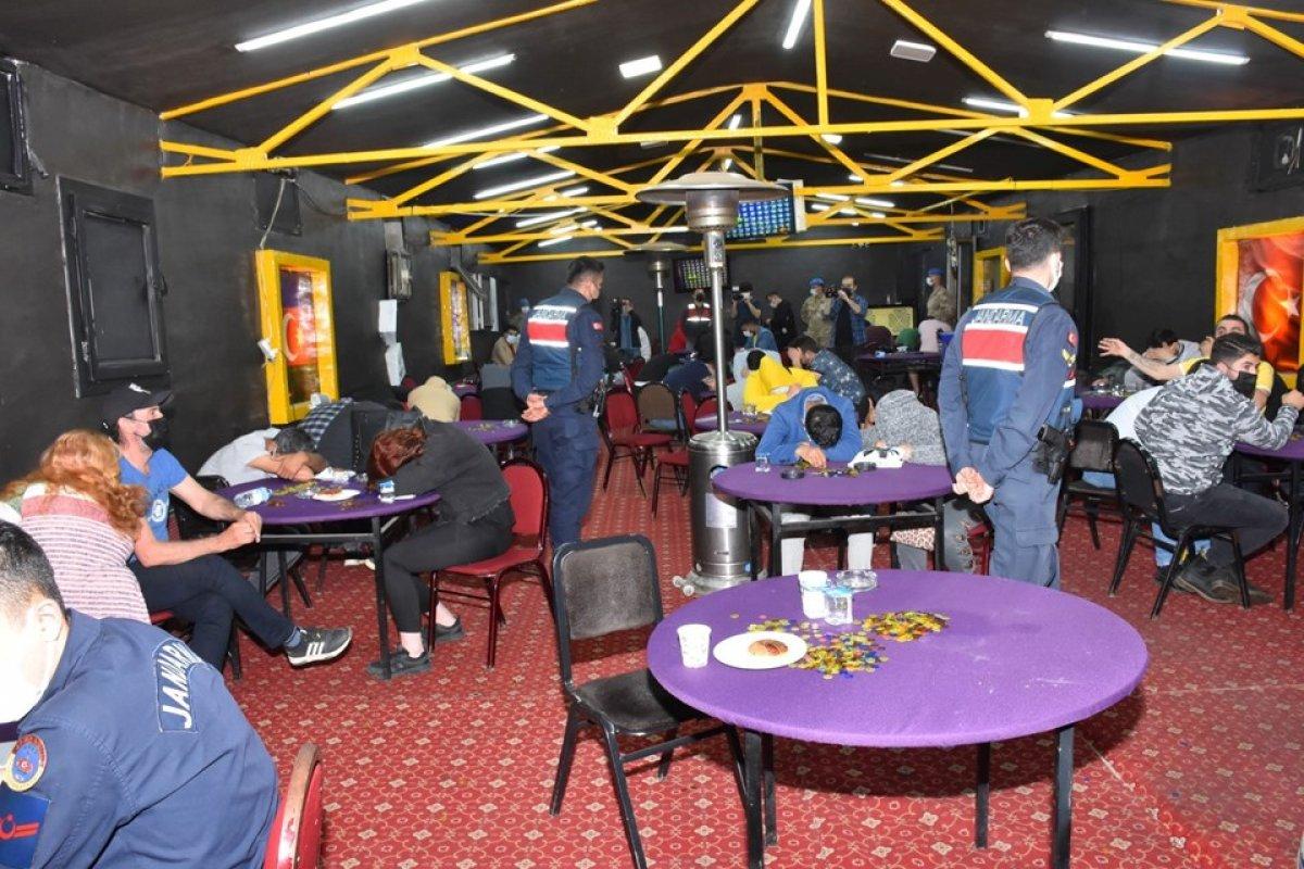 İzmir de Sabri Abi isimli baskında kumar oynayan 60 kişi yakalandı #1